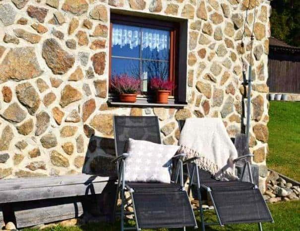 Pension Helena Honesová ubytování Horská Kvilda, letní možnosti relaxace na lehátkách.