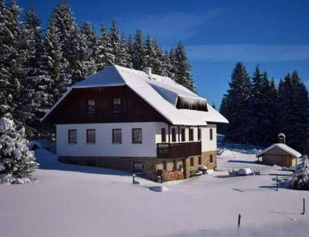 Pension Helena Honesová, ubytování Horská Kvilda, zimní fotografie z boku. Slunečná zima.